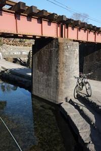 鉄橋の下が湧き水『寺坂水源』