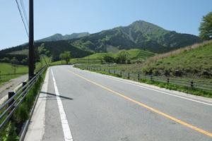 高森町河原・国道265号線【前方に根子岳】