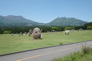 『月廻り温泉館』の公園